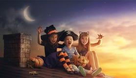 Bruder und zwei Schwestern auf Halloween Stockbilder