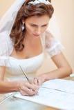 brudförlagor som undertecknar bröllopbarn royaltyfri fotografi