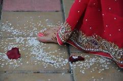 Brudfot i Vedic bröllop Arkivbild