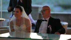 Brudgum And Bride Sitting på tabellen lager videofilmer