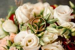 Brudgum brud, vigselringar, brud- bukett Arkivbild