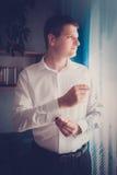 Brudgum eller affärsman som sätter på manschettknappar Fotografering för Bildbyråer