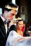 Brudgum i religiös bröllopceremoni royaltyfri foto