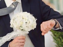 Brudgum Looking på klockan Royaltyfri Fotografi