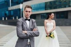 Brudgum med bruden på bakgrunden Arkivfoto