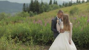 Brudgum med bruden tillsammans på kullar för ett berg binder crystal smycken f?r parcravaten br?llop lycklig familj arkivfilmer