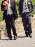 Brudgum med buketten och vän royaltyfria bilder