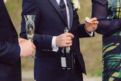Brudgum med flaskan och smörgåsen Royaltyfria Bilder