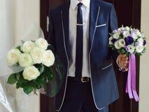 Brudgum med två buketter Arkivbilder