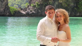Brudgum- och blondinbrudomfamning och leende lager videofilmer