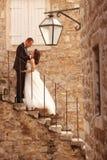 Brudgum och brud i staden royaltyfri bild