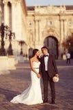 Brudgum och brud i staden Royaltyfria Foton