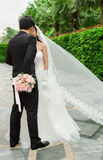 Brudgum och brud med bröllopblommabuketten Royaltyfri Bild