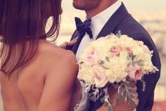 Brudgum och brud med bröllopbuketten Arkivbilder