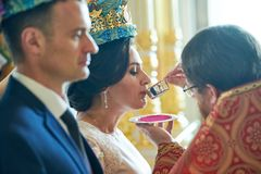Brudgum och brud på den gifta sig ceremonin i kyrkan royaltyfri bild
