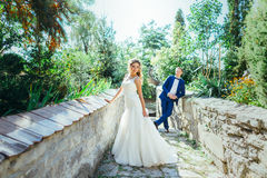 Brudgum och brud som har gyckel i natur Fotografering för Bildbyråer