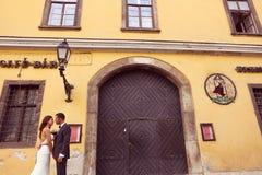 Brudgum och brud som poserar i staden Royaltyfri Bild