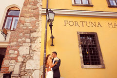 Brudgum och brud som poserar i staden Arkivbild
