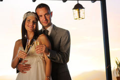 Brudgum och brud som rostar på le för terrass Royaltyfri Bild