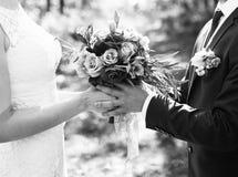 Brudgum och brud tillsammans binder crystal smycken för parcravaten bröllop Royaltyfri Bild