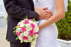 Brudgum och brud tillsammans. Gifta sig par. Fotografering för Bildbyråer
