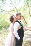 Brudgum och brud tillsammans krama för par bröllop för tappning för klädpardag lyckligt Härlig brud och elegant brudgum som går e fotografering för bildbyråer