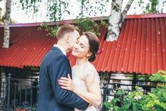 Brudgum och brud tillsammans krama för par bröllop för tappning för klädpardag lyckligt Härlig brud och elegant brudgum som går e Arkivfoto