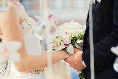 Brudgum och brud under bröllopceremoni, slut upp på händer Gifta sig par och utomhus- bröllopceremoni Arkivfoton