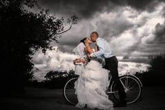 Brudgum och bruden med en cykel Royaltyfria Foton