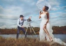 Brudgum och bruden med en cykel Arkivbild