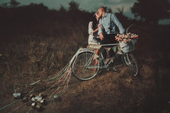 Brudgum och bruden med en cykel Arkivbilder