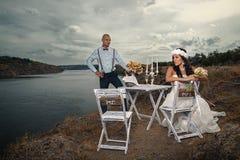 Brudgum och bruden med en cykel Arkivfoton