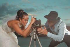 Brudgum och bruden med en cykel Arkivfoto