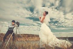 Brudgum och bruden med en cykel Royaltyfria Bilder