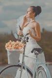 Brudgum och bruden med en cykel Fotografering för Bildbyråer