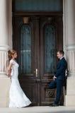 Brudgum- och brudframsida - till - framsida royaltyfria foton
