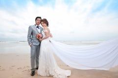 Brudgum- och brudomfamning royaltyfri foto