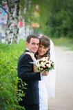 Brudgum- och brudomfamning. Förälskelsemjukhetkänsla Royaltyfria Foton