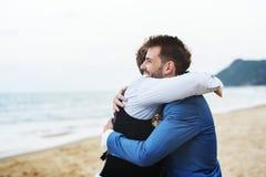 Brudgum och groomsman på stranden royaltyfri bild