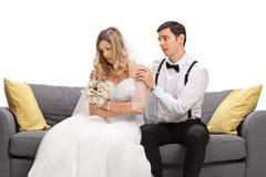 Brudgum som försöker att blidka hans ilskna brud Royaltyfri Fotografi
