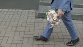 Brudgum som går till hans brud som rymmer att gifta sig buketten i hand långsam rörelse arkivfilmer