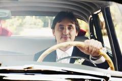 Brudgum som kör bilen Arkivfoto