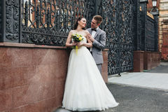Brudgum som omfamnar hans brud Royaltyfri Foto
