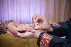 Brudgum som sätter på cirkeln Royaltyfri Bild