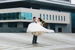 Brudgum som virvlar hans brud Royaltyfria Bilder