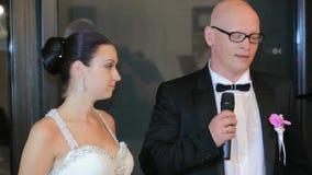 Brudgum Speaking Into mikrofonen lager videofilmer