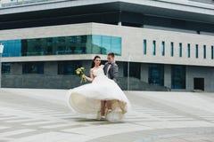 Brudguminnehav hans brud Fotografering för Bildbyråer
