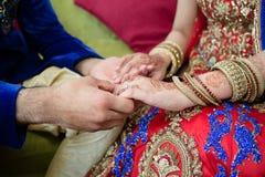 Brudguminnehavhänder med bruden Royaltyfria Foton