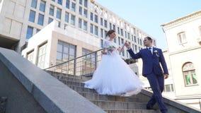 Brudgummen är bruden av trappa arkivfilmer