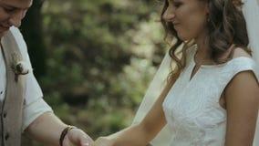 Brudgummen bär cirkeln på fingret av bruden arkivfilmer